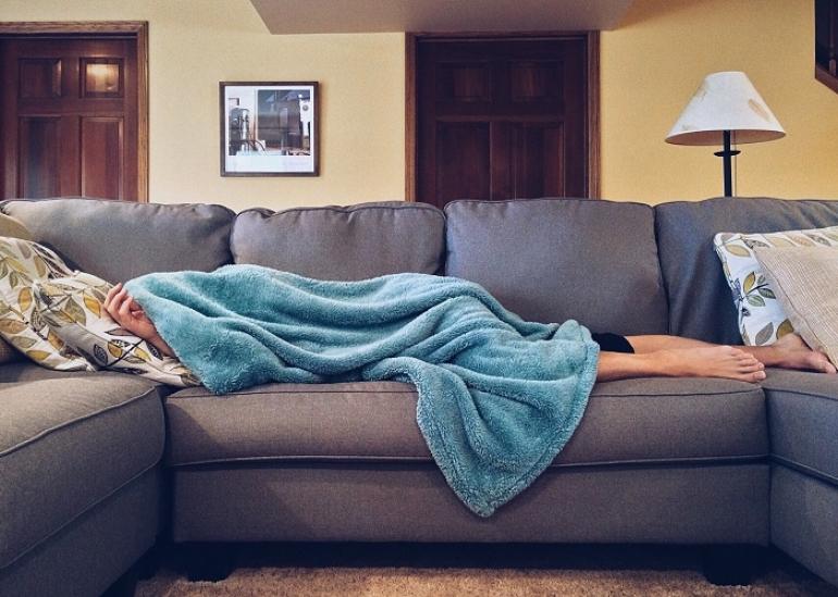 Svetový deň gauča pripomína, že hypertenzia miluje aj pôžitkárov a zaneprázdnených