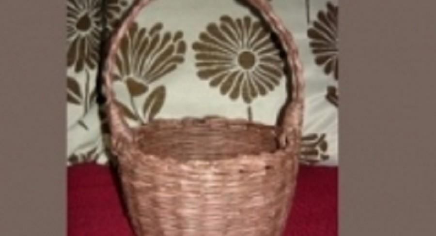 Košík pletený z novín